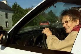 Senior conduisant