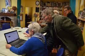 Seniors avec ordinateur