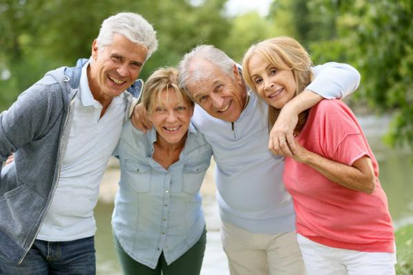 Seniors heureux promenade