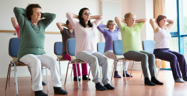 Yoga sur chaise pour seniors