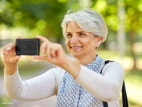 Photo de senior avec smartphone